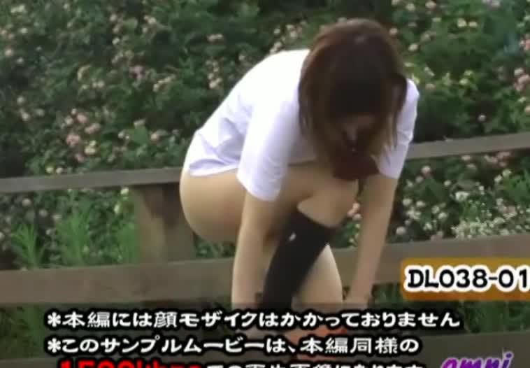 突然おっさんに制服を奪われて無理やり露出プレイさせられる女子校生